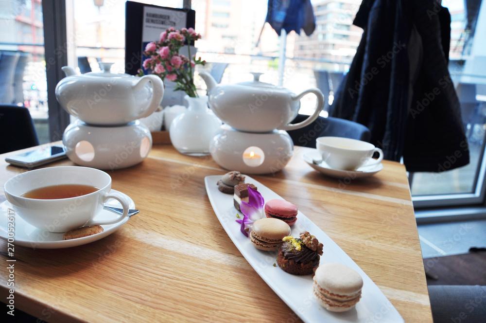 Photo  Teezeremonie, Entspannung bei einer leckeren Tasse Tee und kleinen Süßigkeiten
