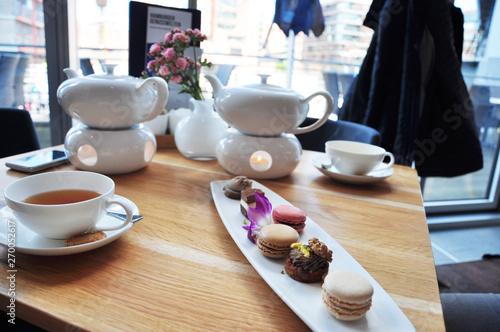 Teezeremonie, Entspannung bei einer leckeren Tasse Tee und kleinen Süßigkeiten Canvas Print