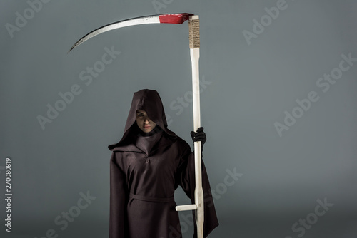 Fotomural woman in death costume holding scythe on grey
