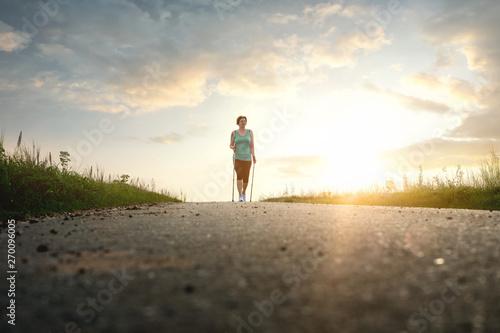 Fototapeta Frau beim nordic walking obraz na płótnie