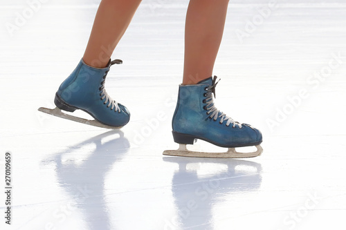 Fotografía  feet skating girl skating on ice rink