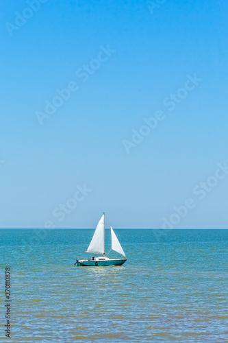 Montage in der Fensternische Rosa Sailboat in the blue sea on a summer day