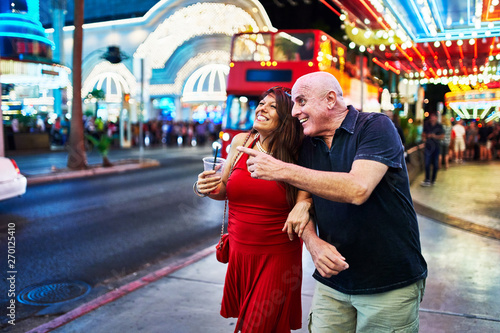 Valokuvatapetti mature couple sightseeing in downtown las vegas streets