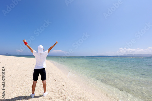 Valokuva  沖縄の美しいビーチで寛ぐ男性