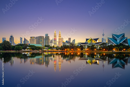 Photo  Skyline of Kuala Lumpur by the lake at dusk