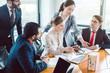 Leinwandbild Motiv Berater und Geschäftsleute strukturieren eine Transaktion