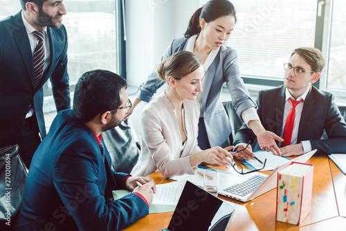 Fototapeta Berater und Geschäftsleute strukturieren eine Transaktion  obraz