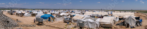 Fotografía AZEZ, SYRIA – MAY 19: Refugee camp for syrian people in Burseya hill on May 19, 2019 in Azez, Syria