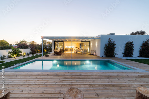 Fotografiet  Modern villa with pool and garden