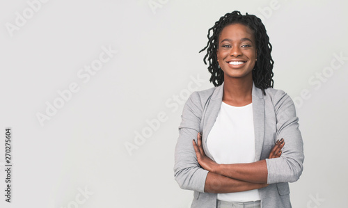 Photo Successful African Businesswoman With Arms Crossed, Grey Background