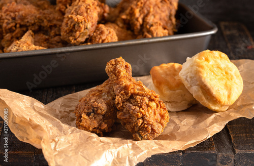 Fotografía  Crispy Chicken Drumsticks with Buttermilk Biscuits on a Rustic Wooden Table