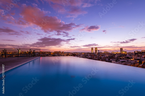 Fototapeta Luxury roof top swimming pool with a city view obraz