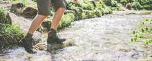 Mann überquert Fluss Beim Wander In Wasserdichten Lederschuhen