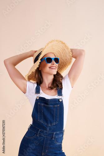 Photo sur Toile Les Textures Joyful woman with sunglasses and sun hat