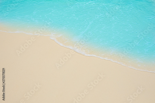 Foto auf AluDibond Turkis Soft waves of blue sea on the Maldives beach for the background.