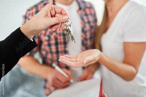 Fotografiet Makler übergibt Schlüssel für Wohnung