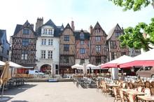 Ville De Tours, Vieilles Maisons à Colombages Et Terrasses De Restaurants Sur La Place Plumereau (France)