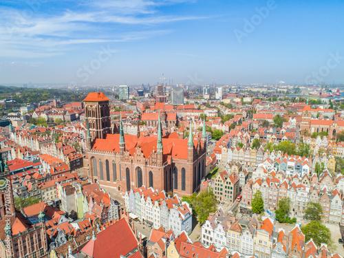 Fototapeta Krajobraz turystycznej części miasta Gdańsk. Stare miasto z lotu ptaka z Bazyliką Mariacką i  zabytkowymi kamienicami. obraz