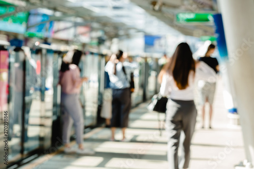 Photo  Blurred of people waiting on electric skytrain station with automatic gateway