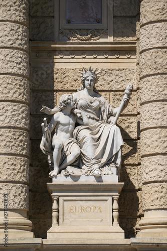 Fotomural  Allegoric statue of the continent Europe, facade of the Museum of Natural Histor