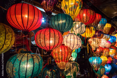 Photo  Colorful traditional Chinese lantern or light lamp to decorate street at night, there are famous things of Hoi An - the heritage ancient city of Vietnam