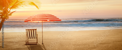 Photo Tropical beach in sunset with beach chair and umbrella
