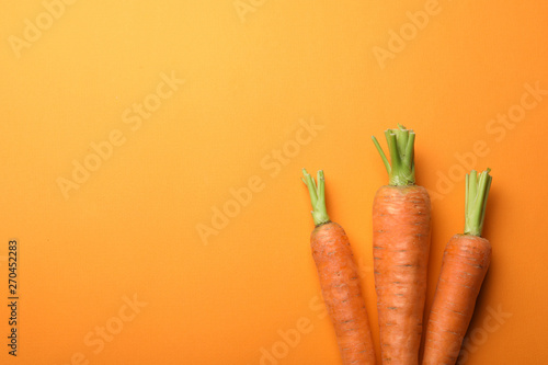 Photo  Flat lay composition with fresh carrots on color background