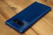 Blau-schwarzes Smartphone auf Holzuntergrund