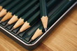 Close-up / Makro von Design-Bleistiften auf Holzunterlage