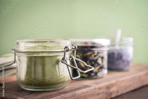 Cuadros en Lienzo  Green and blue matcha tea powder