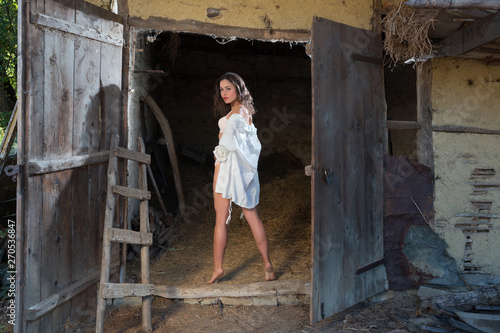 Tableau sur Toile Young girl in old barn