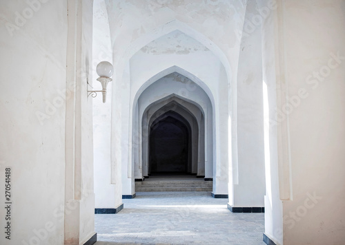 Fotografia White Arabian arches in Kalyan Mosque that was built 16th-century