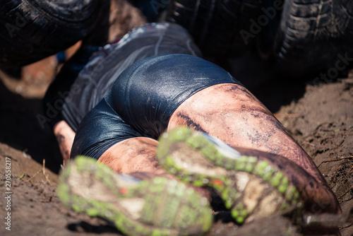 Obraz Seksowana biegaczka czołga się - fototapety do salonu