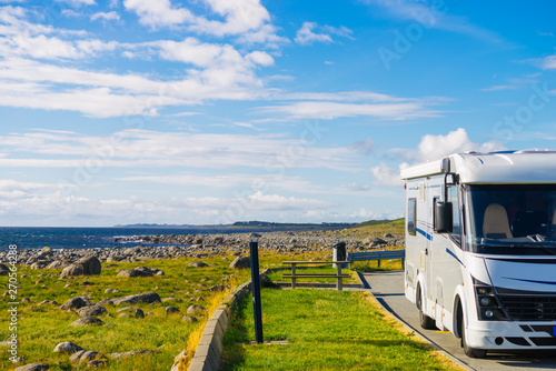 Fotografía Camper car on coast of Norway with ocean view