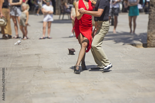 Photo Street couple dancers performing Argentine tango dance