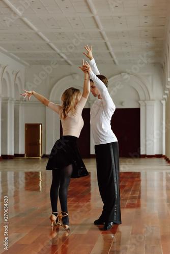 Photo Couple training?ballroom dance in hall