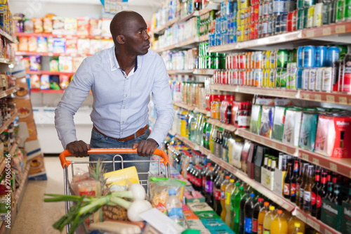 Photo  male with grocery cart buying food