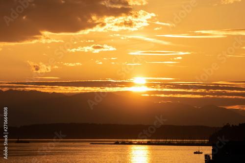 Платно sunset over Elliott bay marina
