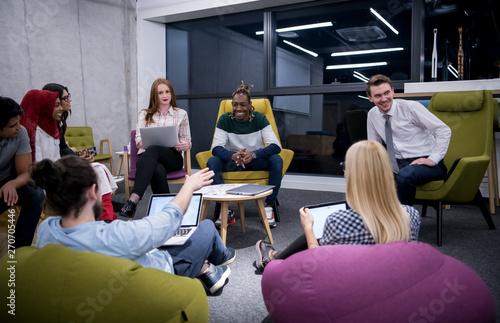 Foto  Multiethnic startup business team having meeting