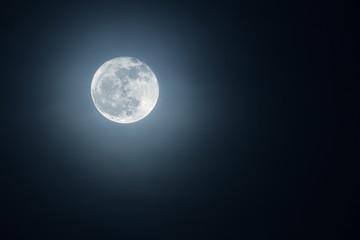 Prekrasan mjesec na noćnom nebu.