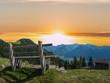Auszeit auf einer Bank in den Alpen bei Sonnenuntergang