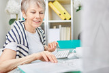 Seniorin als Geschäftsfrau macht Buchhaltung - 270746496