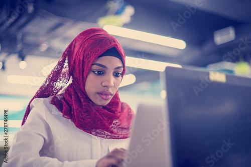 mata magnetyczna black muslim business woman ,working on laptop computer