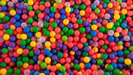 Šarene plastične kuglice na dječjem igralištu, raznobojne kuglice kao pozadina i tekstura.