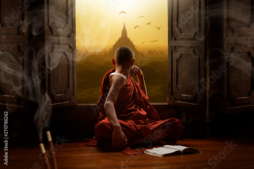 Foto Novice buddhist monk inside a temple in the Bagan Valley