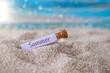 Leinwandbild Motiv Flaschenpost mit Zettel am Strand: Sommer
