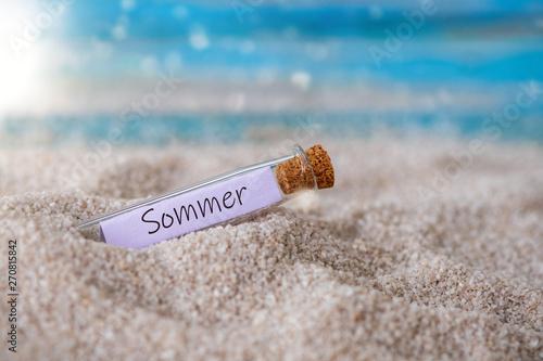 Foto auf Leinwand Akt Flaschenpost mit Zettel am Strand: Sommer