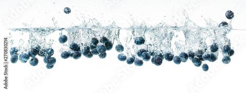 Fototapeta owoce w wodzie   borowki-tonace-pod-woda-panorama