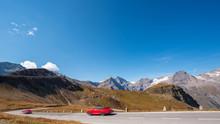 Rote Sportwagen Mit Hoher Geschwindigkeit Auf Der Großglockner Hochalpenstrasse Im Herbst, Österreich