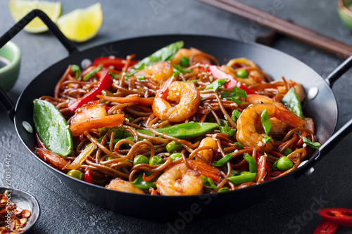 Photo  Stir fry noodles with vegetables and shrimps in black iron pan